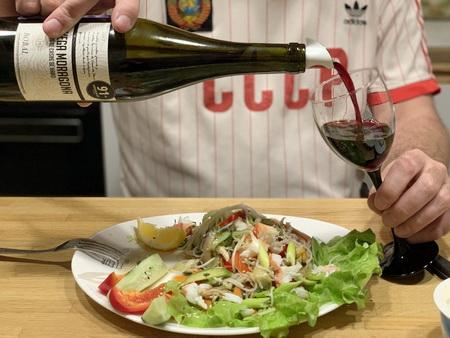 Вино и салат